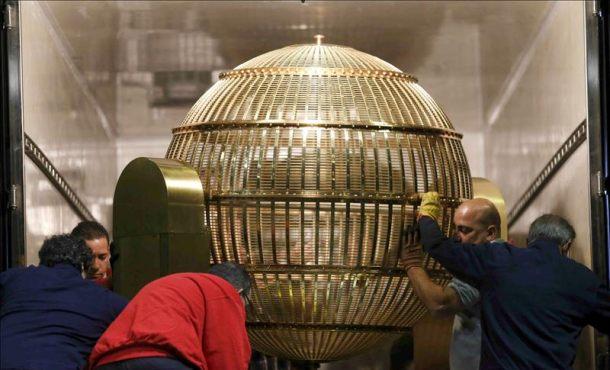 Los dos bombos que repartirán la suerte en el sorteo extraordinario de Lotería de Navidad del próximo martes 22 de diciembre han llegado hoy, 14 de diciembre de 2016, al Teatro Real. Efe