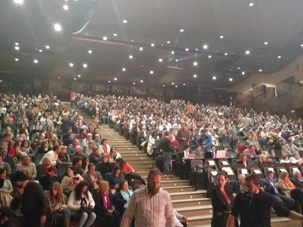 Simpatizantes de CIuadanos C's, durante el acto de C's hoy en Málaga. Lasvocesdelpueblo.