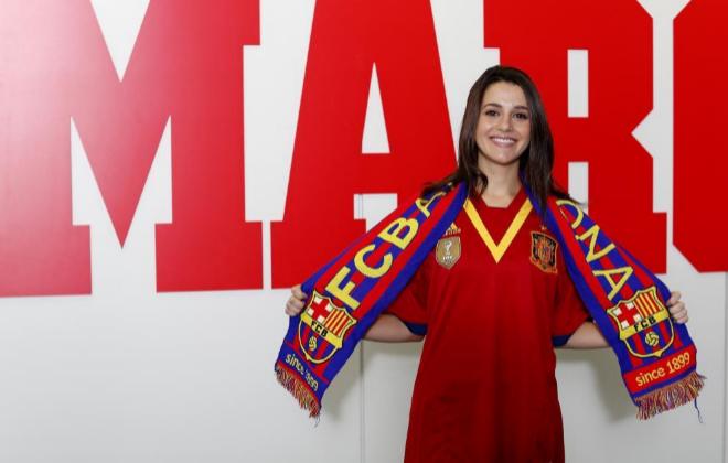 Arrimadas, con la camiseta de España y la bufanda del Barsa (Foto Marca)