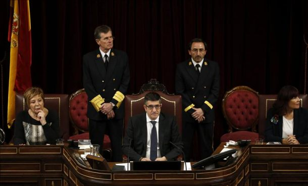 El recién elegido presidente del Congreso de los Diputados, Patxi López (c), junto a las vicepresidentas Celia Villalobos (i) y Micaela Navarro, que ha inaugurado hoy la XI legislatura. Efe