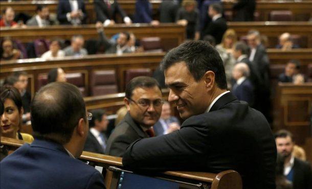El secretario general del PSOE, Pedro Sánchez (d), conversa con el diputado socialista César Luena (i), al inicio de la sesión constitutiva. Efe