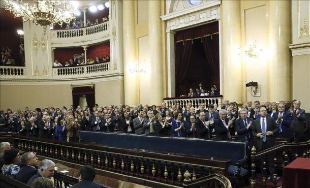 El senador del Partido Popular (PP), Pío García Escudero (1ª fila-d), tras ser reelegido hoy por mayoría absoluta presidente del Senado por segunda legislatura consecutiva. Efe