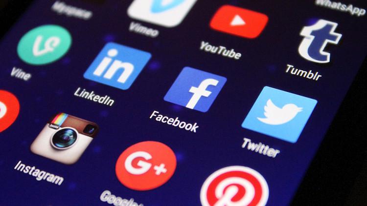 """Un sociólogo: """"Las redes sociales dan servicios muy placenteros pero son una trampa"""""""