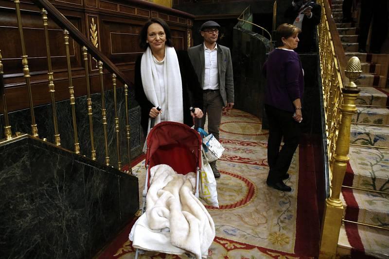 La diputada de Podemos Carolina Bescansa llega con su bebé al hemiciclo del Congreso de los Diputados. Efe.
