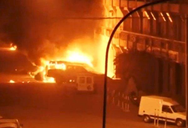"""Foto y video: Terroristas yihadistas toman rehenes en Burkina Faso para """"vengarse de Occidente"""""""
