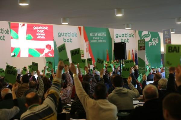 Dirigente y simpatizantes de PNV durante la asamblea general del partido hoy. lasvocesdelpueblo
