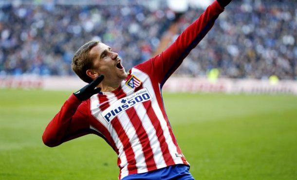 El delantero del Atlético de Madrid, el francés Antoine Griezmann,celebra el gol que marcó durante el encuentro de la vigésima sexta jornada de liga en Primera División que disputó contra el Real Madrid en el Santiago Bernabéu. Efe.
