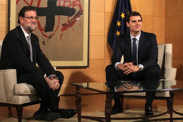 El lider de C's, Albert Rivera Díaz (d) junto al presidente del PP y del gobierno en funciones, Mariano Rajoy Brey (i) hoy durante el encuentro. Lasvocesdelpueblo