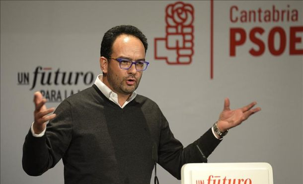 """El PSOE pide al presidente del Gobierno de España que se vaya con Aguirre """"por la misma puerta"""""""