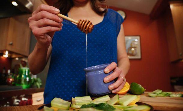 Los españoles comen hiperconectados, rápido y solos y un 90 por ciento cena viendo la televisión