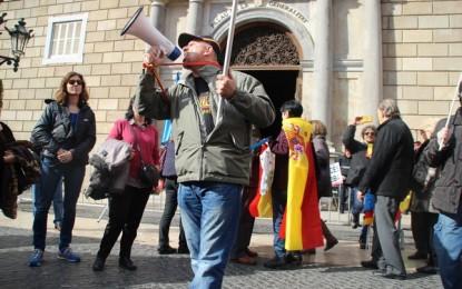 """Un catalán indignado ante el Palacio de Puigdemont: """"La bandera catalana lleva 4 bandas sin estrella"""""""