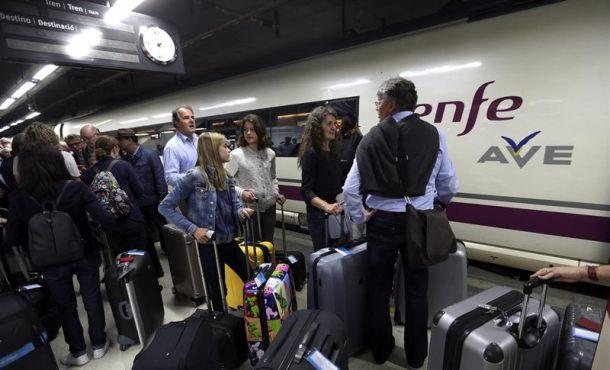 """Puigdemont vuelve a exigir a Rajoy el traspaso de Renfe y AVE a Cataluña porque Renfe """"nació cojo"""""""