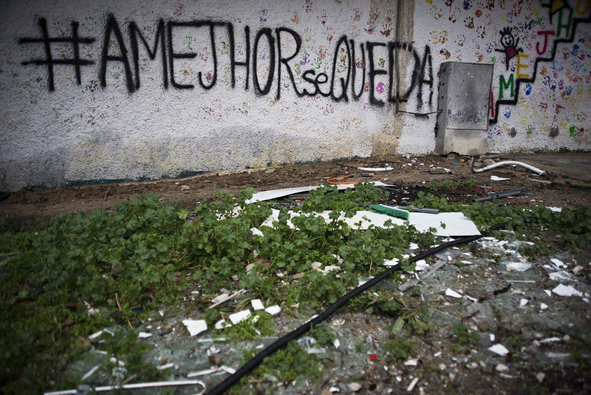 Restos de cristales que callen cerca de la sede de la asociación AMEJHOR de Madrid. Imágenes facilitadas a Lasvocesdelpueblo.