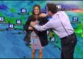 Vídeo – El vestido de una presentadora del tiempo de TV (KTLA 5) le juega una muy mala pasada