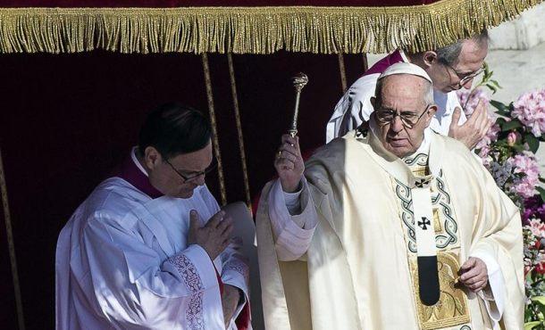 El Papa Francisco, hoy durante la Misa de Pascua. Imágenes Efe
