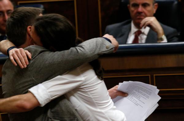 El líder de Podemos, Pablo Iglesias (d), abraza al portavoz de En Comú Podem, Xavier Domenech, tras su primer discurso en la segunda jornada del debate de investidura del secretario general del Partido Socialista Obrero Español (PSOE), Pedro Sánchez, celebrada hoy en el Congreso de los Diputados. EFE