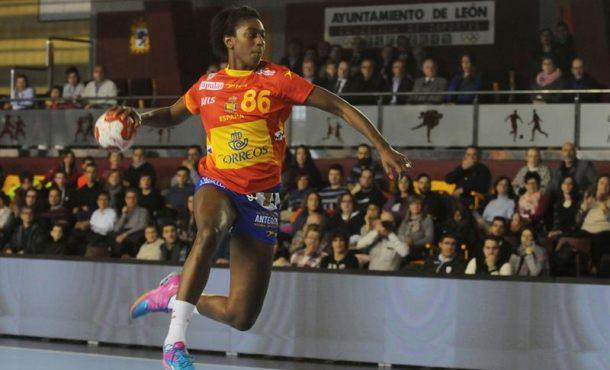 La española Alexandrina Carral dispara a la portería de la selección holandesa, durante el partido de clasificación para el Europeo femenino de Suecia 2016, que se disputa en León. EFE