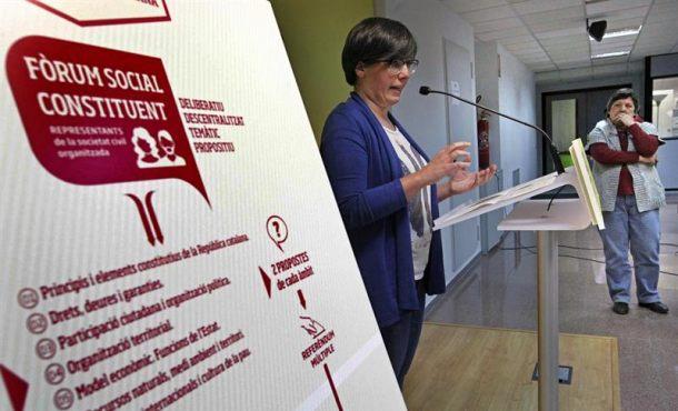 """Las diputadas de la CUP, Gabriela Serra (d) y Mireia Boya (i), durante el acto en el que han presentado su propuesta de proceso constituyente de la """"república catalana"""", en la que la CUP se muestra partidaria de convocar un """"referéndum múltiple"""" para que los catalanes se pronuncien antes de las elecciones constituyentes sobre las bases que tienen que definir el nuevo Estado independiente"""