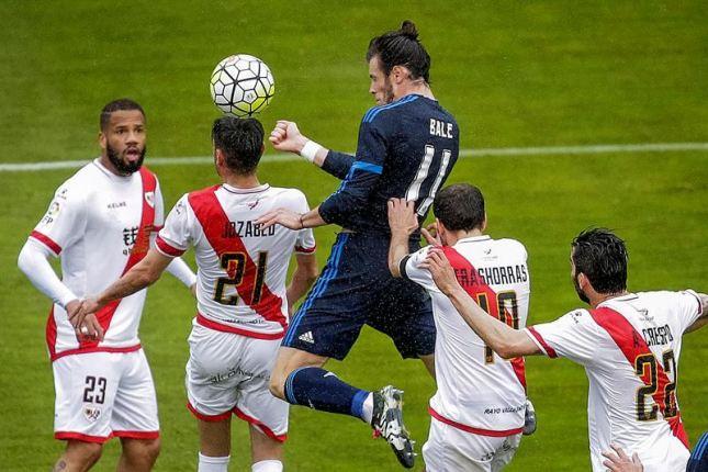 El Real Madrid mantiene su pulso por el título liguero al vencer en Vallecas con mucho sufrimiento