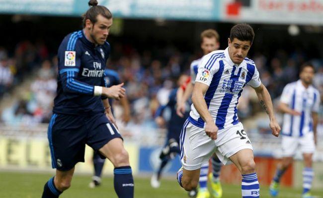 El defensa de la Real Sociedad Yuri Berchiche (d) lucha un balón con el centrocampista galés del Real Madrid Gareth Bale (i), durante el partido de la trigésima sexta jornada de la Liga de Primera División en el estadio de Anoeta de San Sebastián. EFE