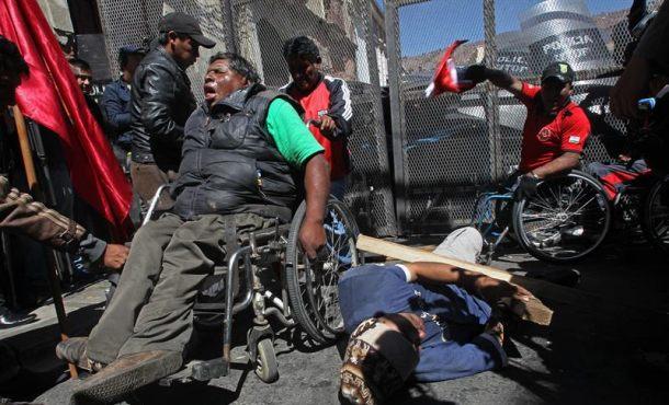 La Policía boliviana reprime con gases químicos una manifestación de discapacitados