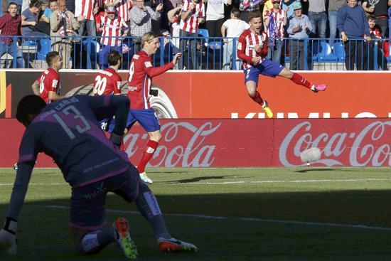 El francés Antoine Griezmann marca nada más salir y hace líder al Atletico Madrid 1-0