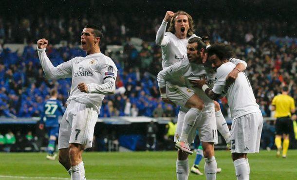 El delantero portugués del Real Madrid Cristiano Ronaldo (i) celebra su segundo gol, y segundo del equipo frente al Wolfsburgo alemán, durante el partido de vuelta de cuartos de final de la Liga de Campeones que se jugó en el estadio Santiago Bernabéu, en Madrid. Efe.