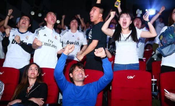Los merengues chinos siguieron el cl sico fc barsa real for Juego del madrid hoy