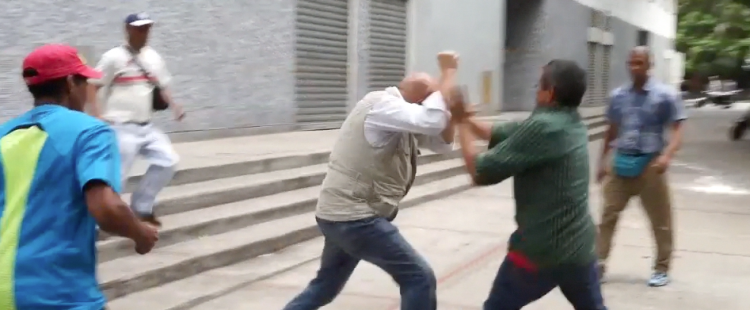 Así tratan los chavistas en Venezuela a la oposición: Linchamiento del portavoz de la oposición