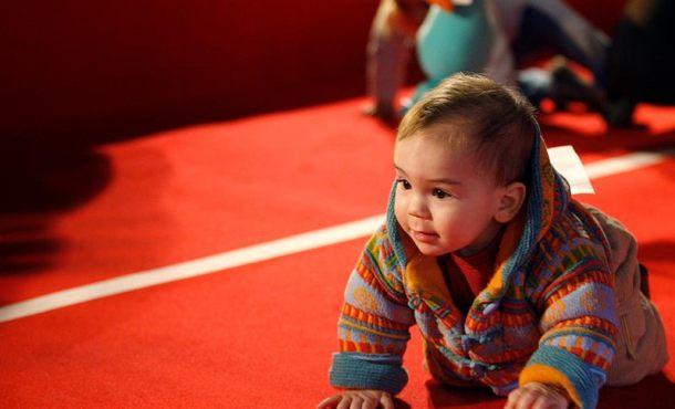 Los bebés usan la melodía del habla y los gestos para comprender la comunicación