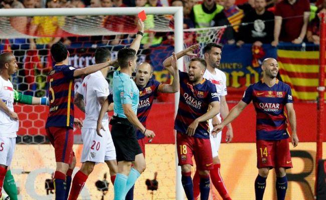 El árbitro Del Cerro Grande (4i) muestra tarjeta roja al argentino Javier Mascherano (d), del FC Barcelona, durante la final de la Copa del Rey que Sevilla FC y FC Barcelona disputaron en el estadio Vicente Calderón, en Madrid. EFE