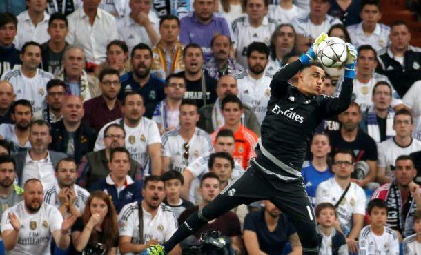 El portero del Real Madrid Keylor Navas para un remate del Manchester City durante el partido de vuelta de las semifinales de la Liga de Campeones que se jugó en el estadio Santiago Bernabéu, en Madrid. EFE