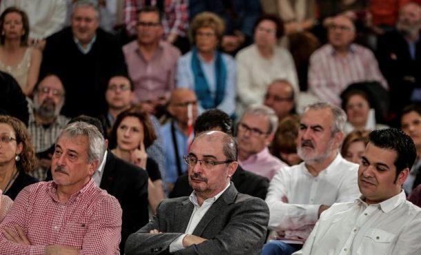 El presidente de Aragón, Javier Lambán (c), durante la presentación de Pedro Sánchez como candidato del partido a la Presidencia del Gobierno, en un acto celebrado hoy en el pabellón Los Rosales de la localidad madrileña de Móstoles. Efe.
