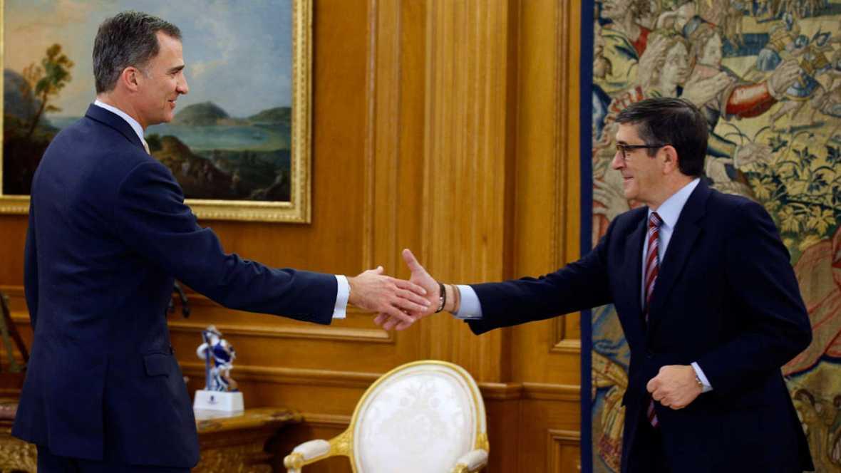 El rey Felipe, con el presidente del Congreso, Patxi López, en el palacio de la Zarzuela. Efe.