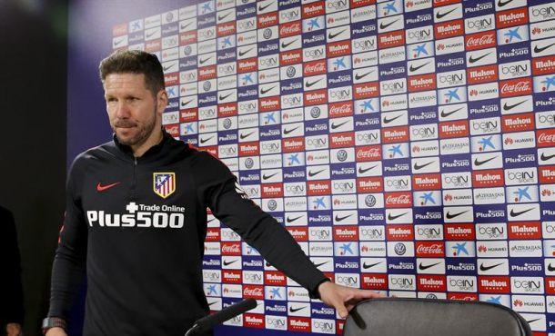 El técnico del Atlético de Madrid, el argentino Diego Simeone, al inicio de la rueda de prensa posterior al entrenamiento del equipo hoy en el Cerro del Espino (Majadahonda) de cara al partido que mañana, domingo, frente al Levante en el estadio Ciudad de Valencia. EFE