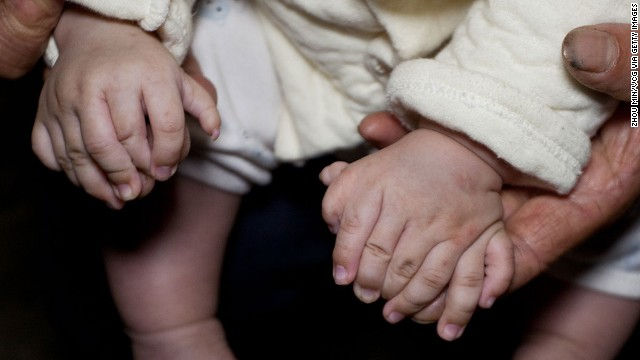 La madre del bebé niño Hong Hong de 4 meses ante las cámaras con 15 dedos en las manos. Archivo CNN TV. lasvocesdelpueblo.
