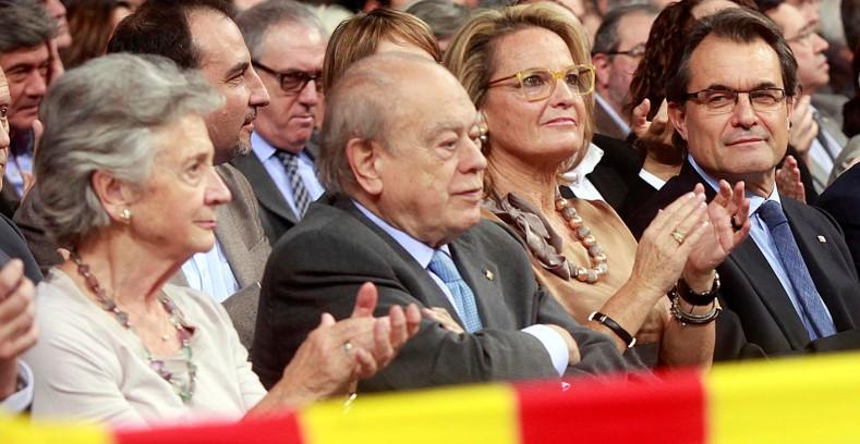 La burguesía separatista de Convergencia (PDECAT) se pone de rodillas ante el Rey