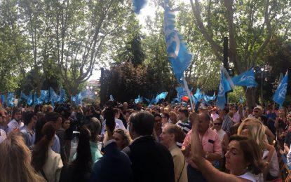 2 banderas de España ondean entre numerosas banderas del PP en un acto partidista en Madrid