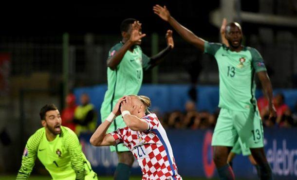 ... Domagoj Vida (c) lamenta una ocasión fallada ante el portero Rui  Patricio (i) en el Stade Bollaert-Delelis en Lens Agglomeration c714c9639b2f1