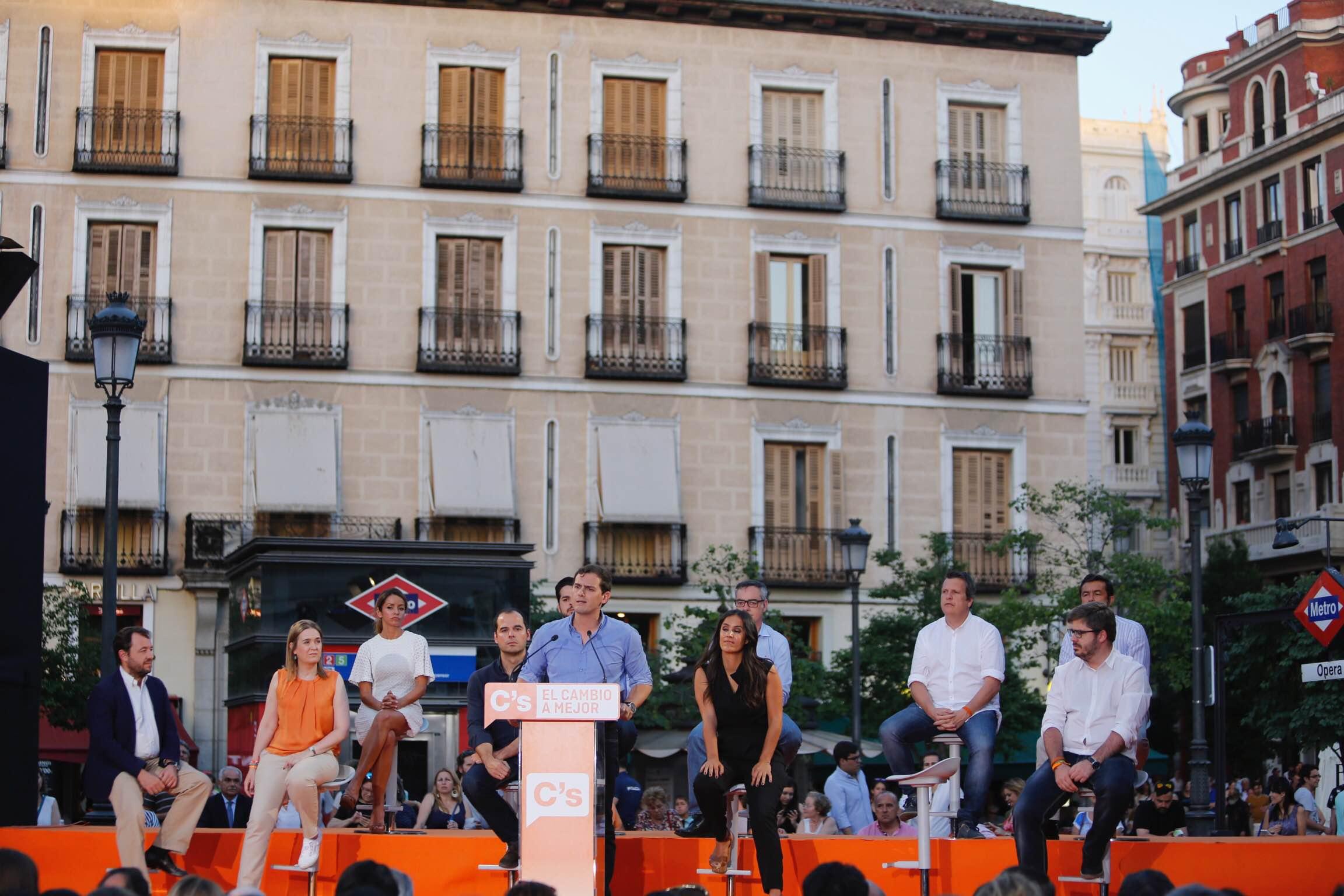 El líder de la formación naranja, Ciutadans Partido de la Ciudadanía Ciudadanos (C's), y candidato a la presidencia del Gobierno de la Nación, Albert Rivera Díaz, junto a los candidatos y miembros de C's hoy durante el acto de cierre de campaña de C's en Plaza de Opera de Madrid. Lasvocesdelpueblo