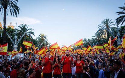 """Ciudadanos llena el Arco de Triunfo de Barcelona de alegría y banderas de España, """"soy español"""""""