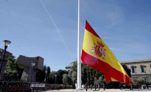 Un izado solemne de bandera conmemora en Colón la proclamación de Felipe VI