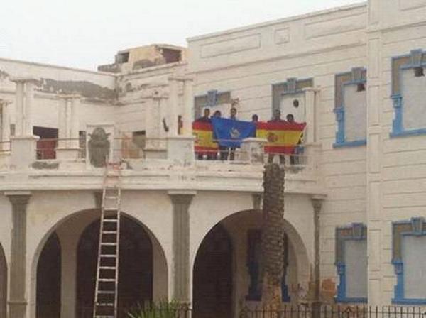 6 de los patriotas españoles, ahora presos de consciencias, nativos del antiguo territorio español de Ifni (Marruecos), en la terraza del antiguo consulado español en la capital de Ifni, Sidi Ifni, este lunes durante la manifni... Lasvocesdelpueblo.