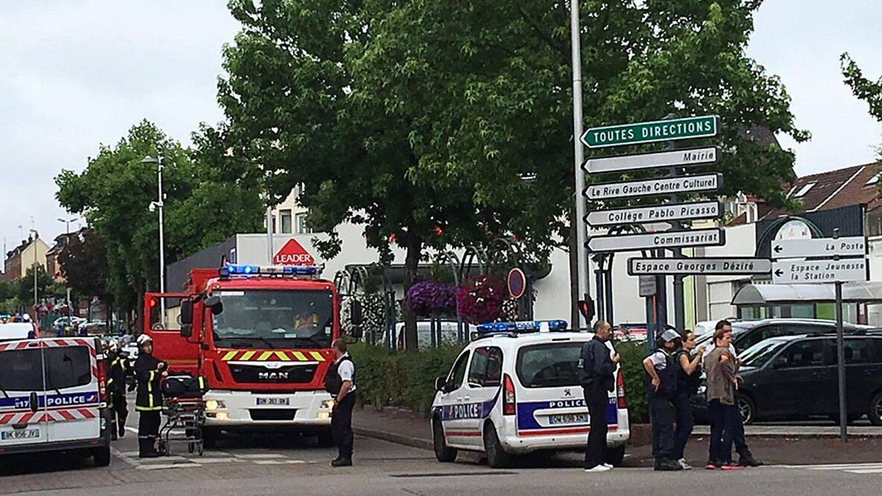 Ambulancias y coches de policía apostados junto a la iglesia de Saint Etienne du Rouvray, donde dos hombres han secuestrado a varias personas, en una imagen de rtve. Lasvocesdelpueblo.