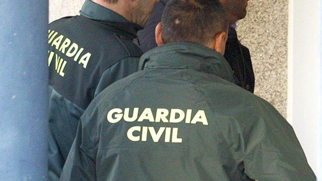 Dos agentes de la Guardia Civil española hoy durante la detención de los islamistas yihadistas en Gerona. Lasvocesdelpueblo.