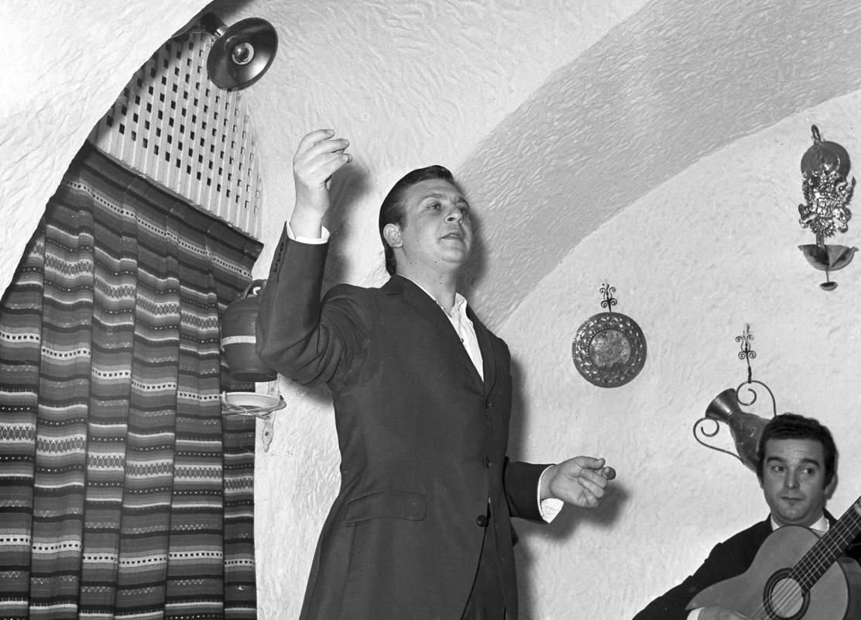 El cantaor Juan Peña 'El Lebrijano' se dedicó de pleno al cante a partir de 1964 a raíz de su triunfo en el concurso de Mairena del Alcor como cantaor. En la imagen, en una actuación de 1967 en el tablao flamenco 'El Duende' de Madrid. Archivo Efe.