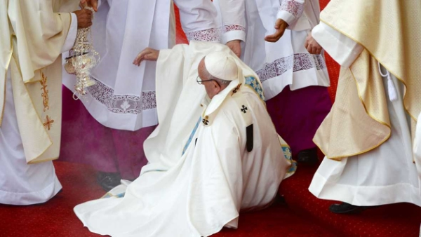 El papa ha sufrido una caída sin consecuencias durante la celebración de la misa en Czestochowa. lasvocesdelpueblo.