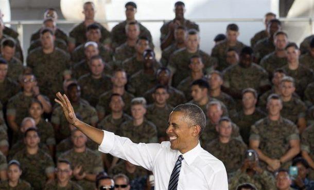 El presidente de los EEUU, Barack Obama, saluda antes de su discurso a las tropas estadounidenses y españolas y sus familiares en la base naval de Rota, última parada de su viaje a España. EFE