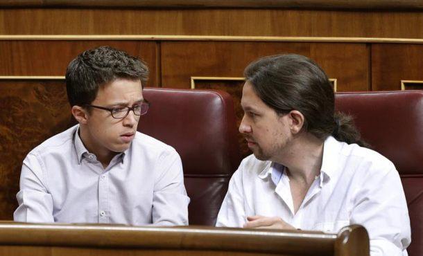 El secretario general de Podemos, Pablo Iglesias (d), y el portavoz del Grupo Podemos-En Comú-En Marea, Íñigo Errejón, durante la sesión constitutiva de las Cortes Generales de la XII Legislatura. EFE