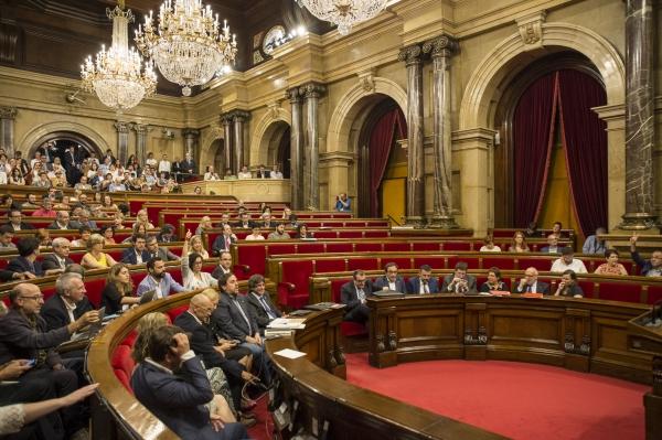 Los diputados de JxSí y CUP firman individualmente la Ley del referéndum separatista del 1-O